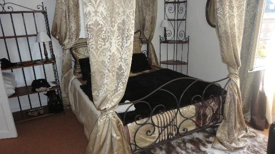 Hotel Saint-Louis: la jolie chambre 18, avec un grand lit de 160 cm