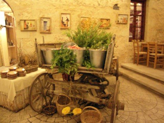 Gramboussa: carretto con frutta e dolci