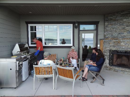 Beachside Garden B & B: Grilling fresh oysters