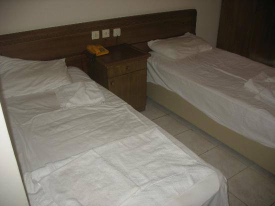 Side Sedef Hotel: two simple beds in room