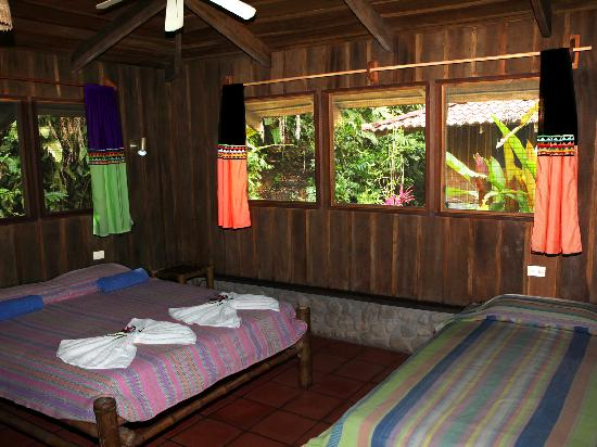 Esquinas Rainforest Lodge : Room with decorated Boruca and Guyami materials