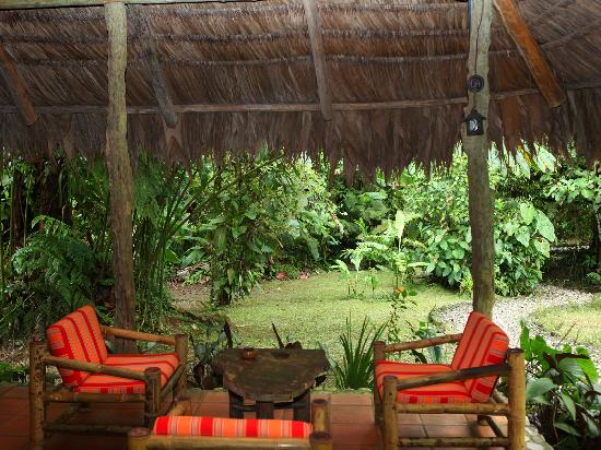 Esquinas Rainforest Lodge: Open lobby with view into the rainforest