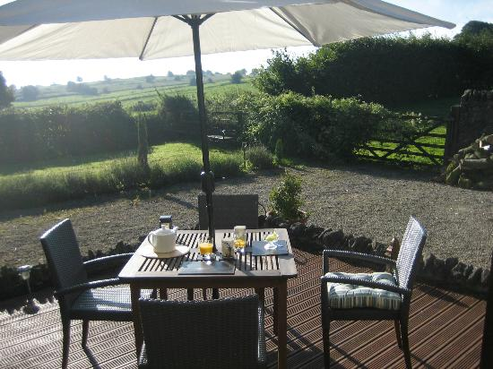 Blakelow Farm Holiday Cottages: Breakfast with a view - private deck of Christmas Cottage