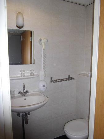 Season Star Hotel: vista del baño2