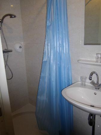Season Star Hotel: vista del baño1