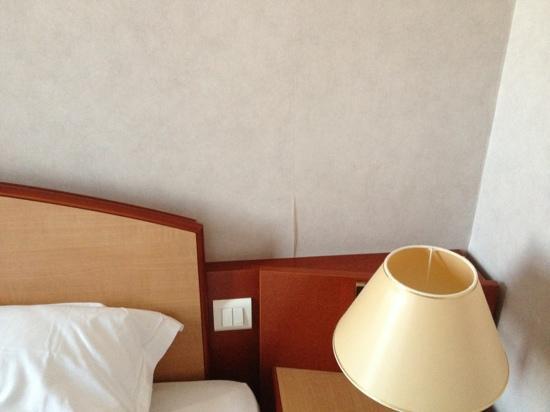 Mercure Mulhouse Centre: carta scollata vicino al letto