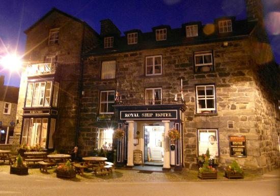The Royal Ship Hotel: The Royal Ship at night - an imposing hotel in a lovely village.