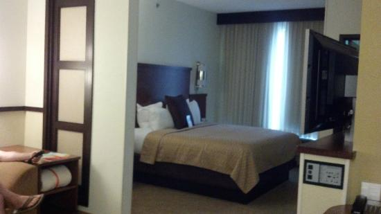 Hyatt Place Nashville Airport: small wall separates bed and sitting area