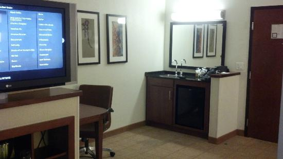 Hyatt Place Nashville Airport: desk, tv and kitchen area