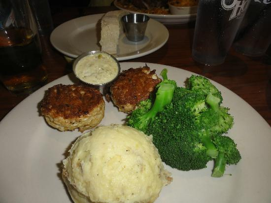 Summerhouse Bar and Restaurant: crab cakes with broccoli and mashed potatoes