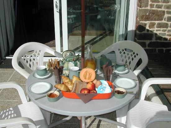 Le Jardin: Breakfast Outside