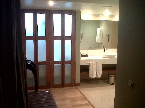Noi Vitacura: Access to the bathroom 