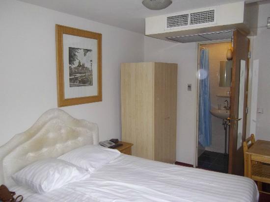 Season Star Hotel: vista de la habitación