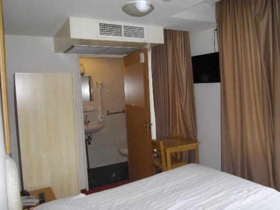 Season Star Hotel : vista de la habitación