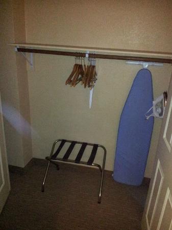 La Quinta Inn & Suites LAX: Spacious closet