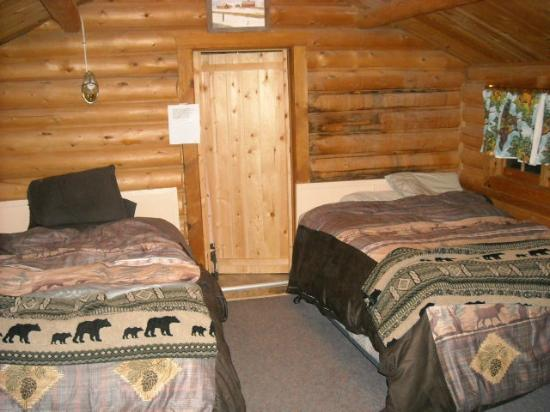 Silver Gate Cabins: 2 queen beds w/down comforter