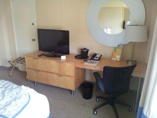 La Quinta Inn & Suites LAX: TV and desk