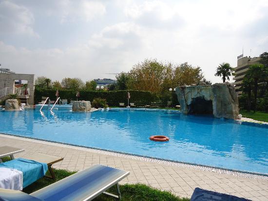 Piscina meravigliosa picture of hotel all 39 alba abano for Abano terme piscine