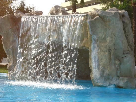 Hotel All'Alba: cascata con grotta e idromassaggi