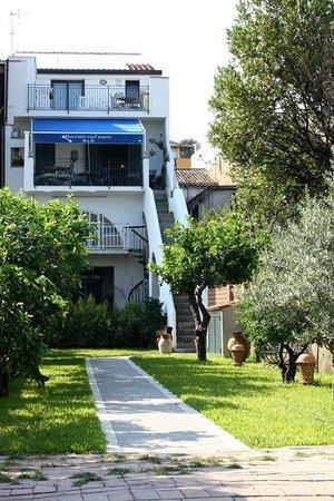 B&B Ottocento sul Mare : Prospetto lato mare con giardino