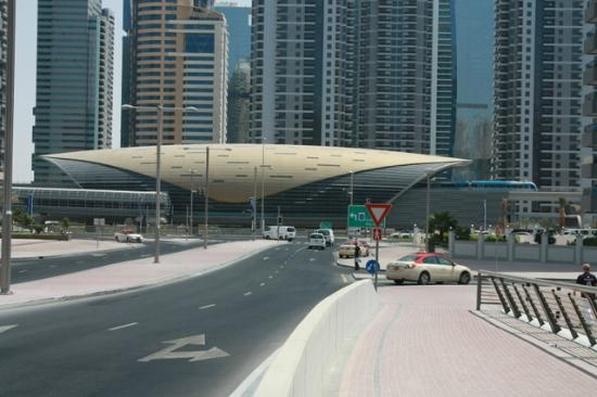 Le Royal Meridien Beach Resort & Spa: Dubai Marina - metro station