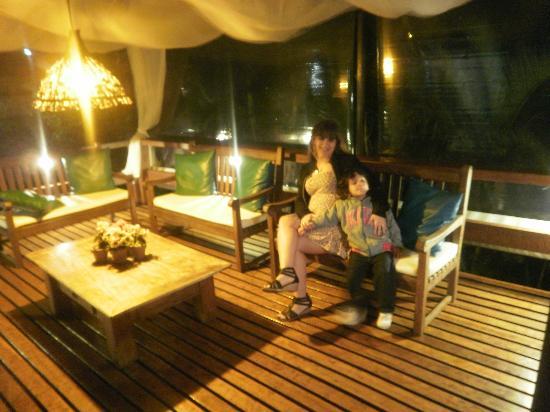 أجوازول: sillones en el deck de la pileta de noche 