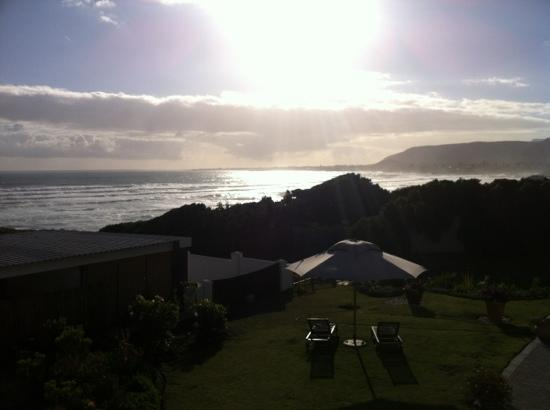 Hermanus Beach Villa: sea view from our bedroom !