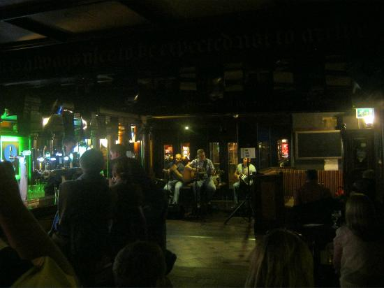 Killarney Towers Hotel & Leisure Centre: Band playing at one of the Pubs