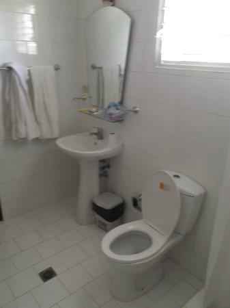 Islazul La Lupe: Salle de bain impeccable de notre chambre 5 au 25 mars 2012.