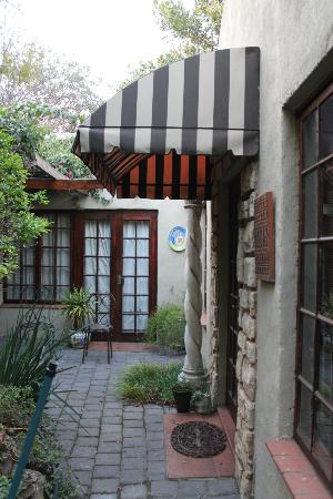 Amanzi Guest House: Enterence to the cottage