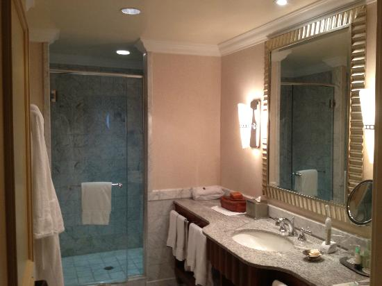 Mandarin Oriental, Washington DC: Vanity in bathroom