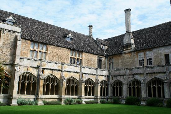 Black Taxi Harry Potter Film Tours : Lacock Abbey