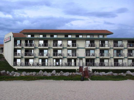 Sea Gypsy Motel: View of the hotel from the beach