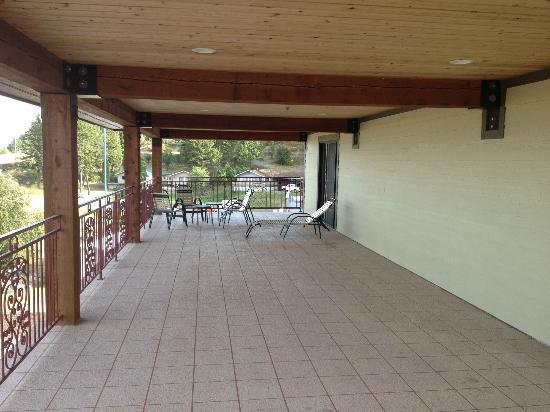 BEST WESTERN PLUS Flathead Lake Inn and Suites: Patio off the Presidential & Honeymoon Suites