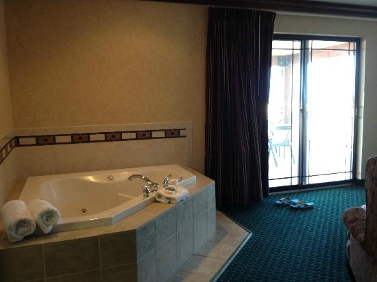 Best Western Plus Flathead Lake Inn and Suites: Jacuzzi in the Presidential Suite