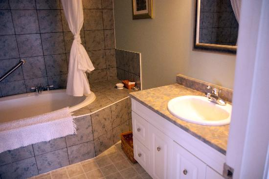 Bay Wind Suites: Bathroom