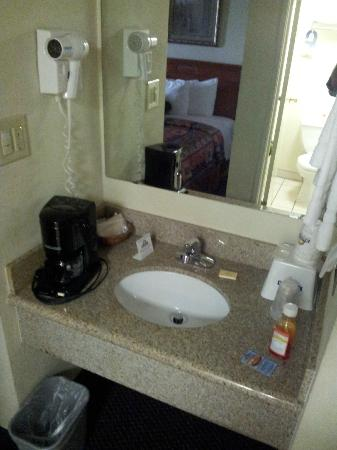 Days Hotel Oakland Airport-Coliseum: Sink outside the bathroom, always nice.