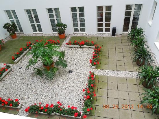 Grand Hotel Mussmann: View from bedroom windows to courtyard below