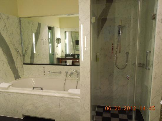 Grand Hotel Mussmann: Tub and shower