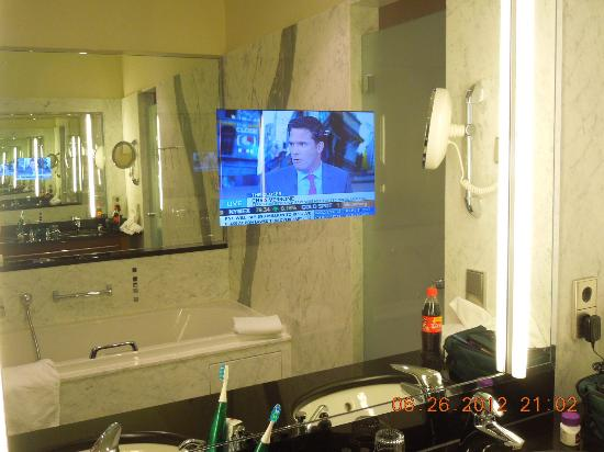 Grand Hotel Mussmann: TV in the bathroom mirror