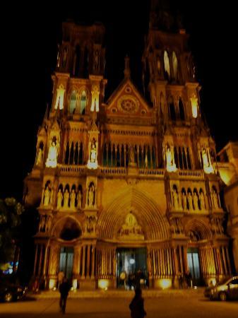 El Paseo Buen Pastor: Frente de la iglesia de los padres Capuchinos: arquitectura impactante.