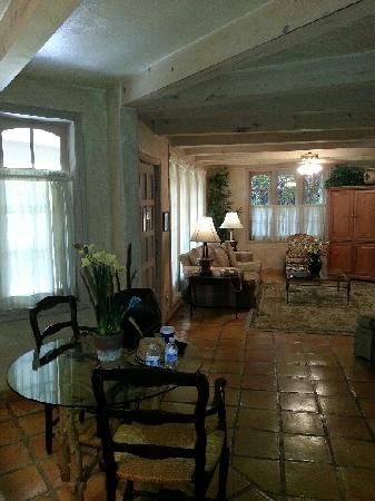 Villa Royale Inn: inside the living room area
