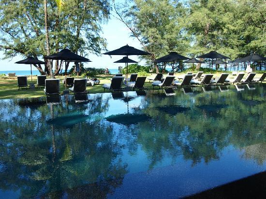 سلال فوكيت ريزورت آند سبا: relaxing pool area 