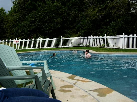 The Coast Village Inn & Cottages: fun in the pool