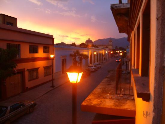 Cielo Rojo Hostel, Oaxaca: Vista desde el balcón de la habitación compartida.