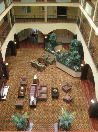 Country Inn & Suites By Carlson, Athens: Looking down on the lobby from the fourth floor