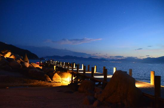 An Lam Ninh Van Bay Villas: View from Resort looking out to bay in evening