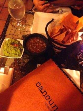 Cancun Restaurant : 自家製サルサとワカモレディップ