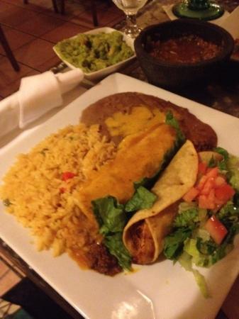 Cancun Restaurant : エンチラーダスとタコスのプレート