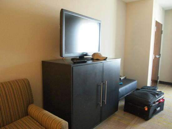 Comfort Suites Miami Airport North: TV & cabinet in room